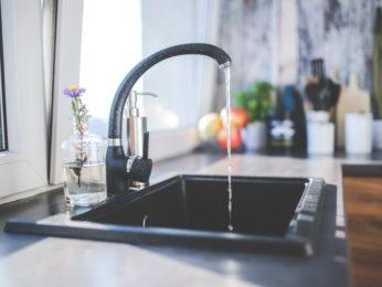 lavello con acqua che scorre