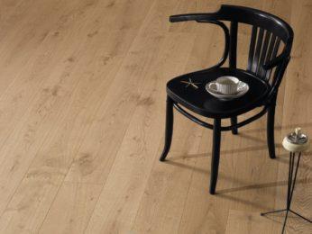 sedia su pavimento in legno, casa cliente a piacenza