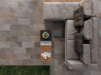 pavimento in pietra naturale, vista dall'alto soggiorno e divano