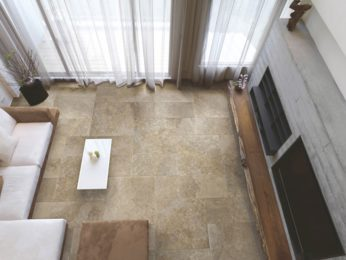 pavimento in pietra naturale, vista dall'alto del soggiorno