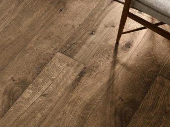 piastrelle effetto legno, colore scuro