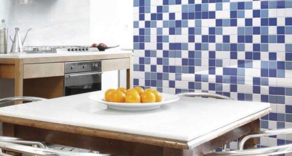 Piastrelle Colorate Variazioni Bianco, Celeste E Blu In Cucina