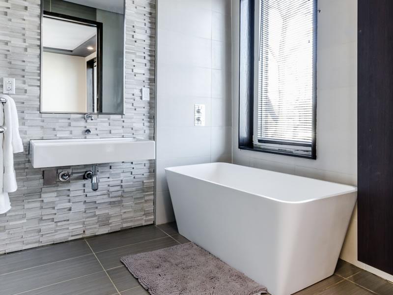 abbinare le piastrelle ed il rivestimento in bagno